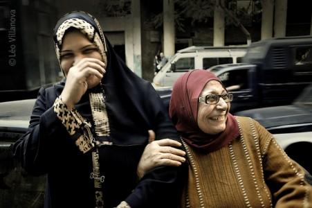 Cairo - mulheres sorrindo na rua 700