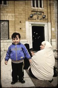 Cairo - Mae e filho na mesquita 700