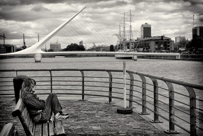 La mujer y el puente