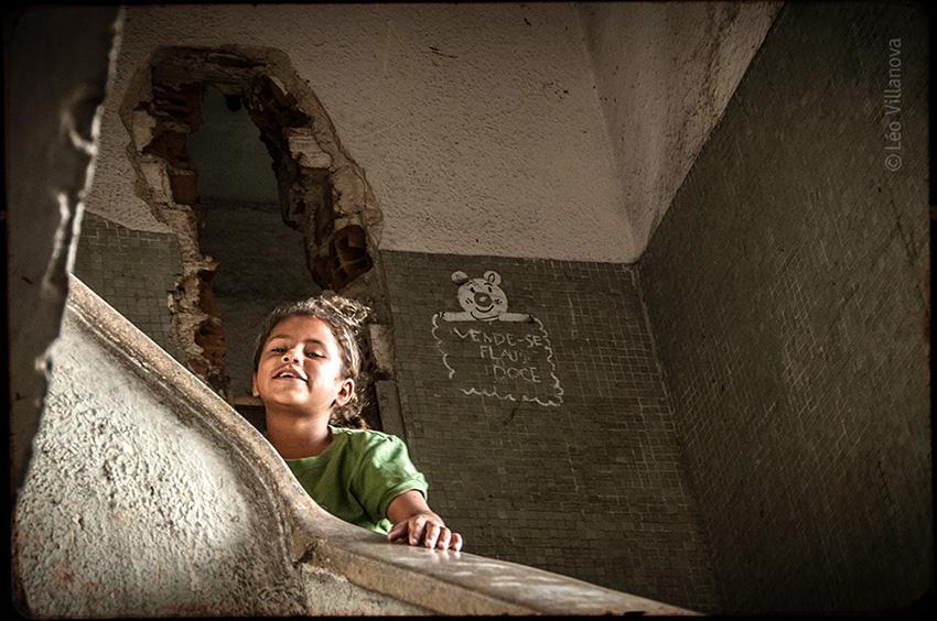 11-menina na escada